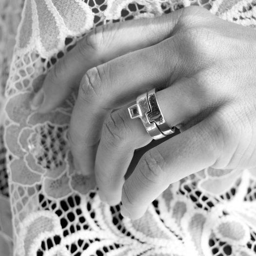 Doamabijoux Puzzle vermeil or rose et topaze portee credit photo Christelle Cozzi mannequin Carole Palais NB